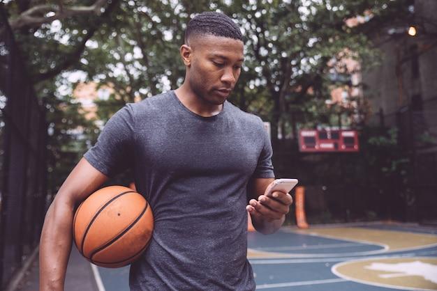 Jogador de basquete de treinamento em uma quadra