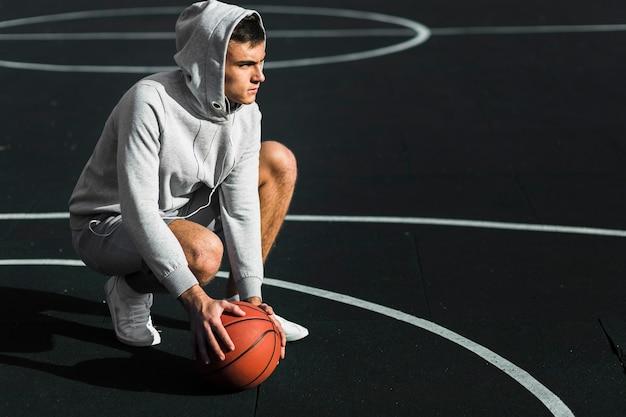 Jogador de basquete determinado na quadra