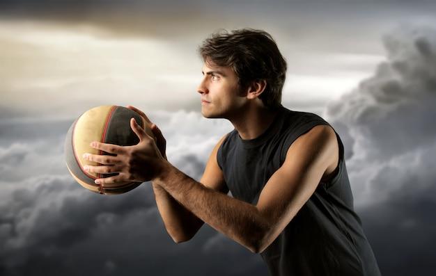 Jogador de basquete e um céu nublado