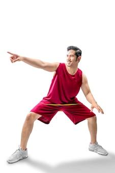 Jogador de basquete homem asiático na pose de driblar a bola
