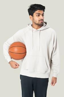 Jogador de basquete indiano em uma sessão fotográfica de roupas masculinas com capuz branco