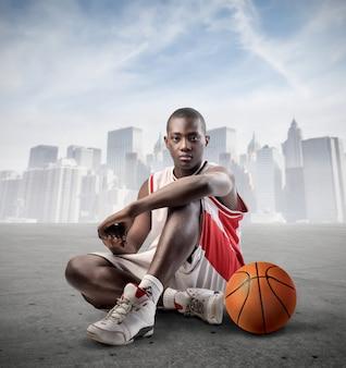 Jogador de basquete jovem negro
