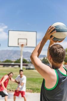 Jogador de basquete masculino jovem tendo um lance livre