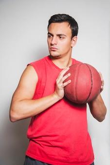 Jogador de basquete posando com bola