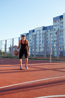 Jogador de basquete profissional com a bola no campo