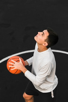 Jogador de basquete que treina tiro médio