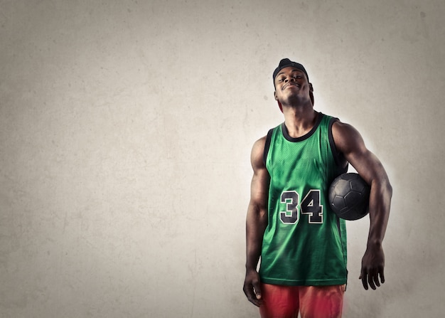 Jogador de basquete sorrindo