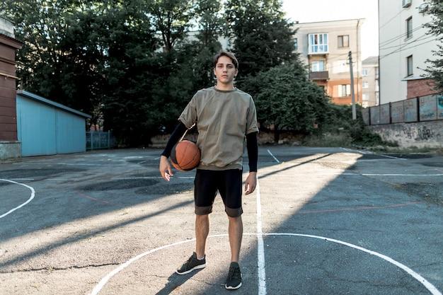 Jogador de basquete urbano de vista frontal