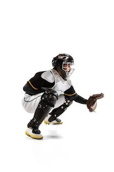 Jogador de beisebol, apanhador em uniforme esportivo branco e equipamento isolado em uma superfície branca.