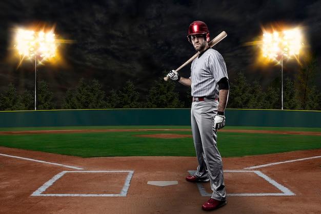 Jogador de beisebol em um estádio de beisebol.