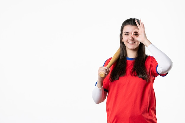 Jogador de beisebol feminino de vista frontal com taco e bola