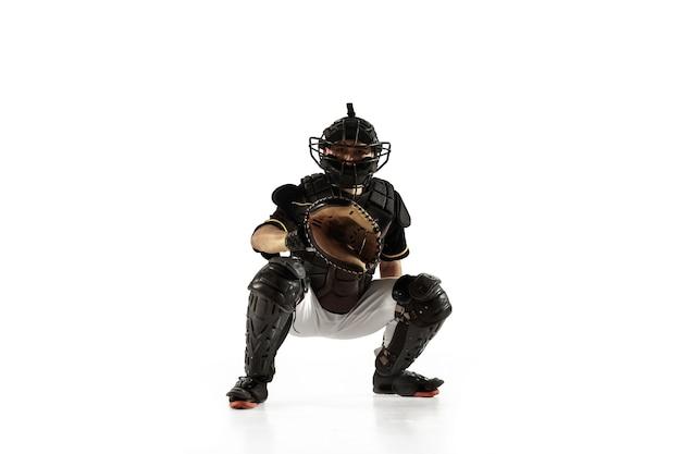 Jogador de beisebol, lançador de uniforme preto, praticando e treinando isolado em um fundo branco.