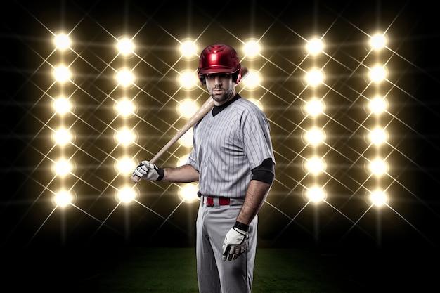Jogador de beisebol na frente das luzes.