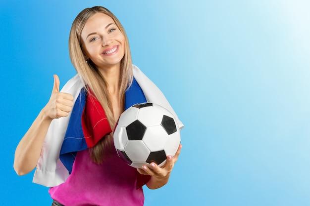 Jogador de esporte mulher fã segurando a bandeira russa comemorando e espaço de cópia de texto livre isolado