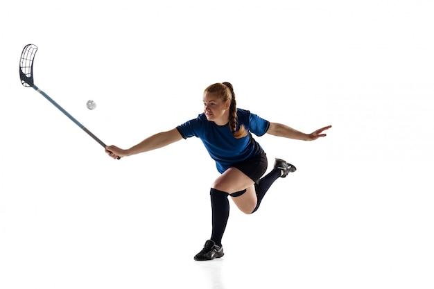 Jogador de floorball feminino isolado no conceito de ação, branco e movimento
