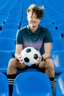 Jogador de futebol alegre no estádio