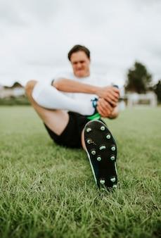 Jogador de futebol alongamento antes de um jogo
