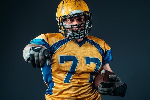 Jogador de futebol americano apontando o dedo