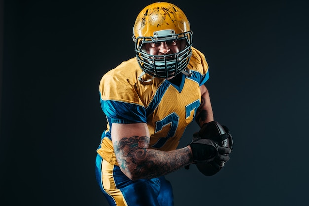 Jogador de futebol americano, bola nas mãos, nfl