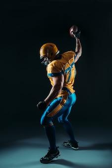 Jogador de futebol americano com bola na mão, nfl