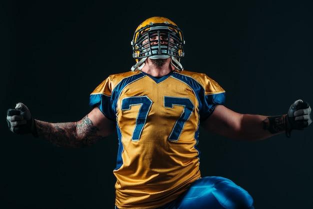 Jogador de futebol americano de uniforme e capacete