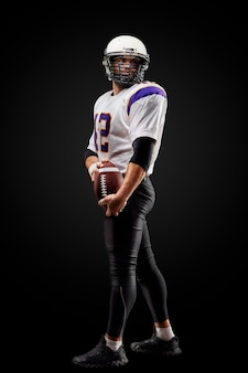Jogador de futebol americano desportista em preto. esporte .