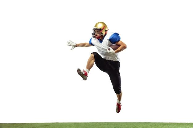 Jogador de futebol americano em ação isolado no fundo branco do estúdio