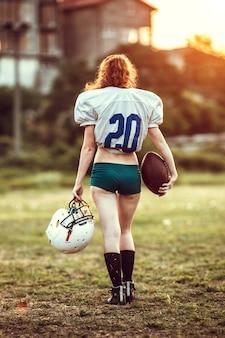 Jogador de futebol americano em ação no estádio