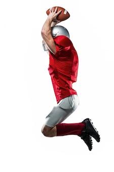 Jogador de futebol americano em jersey vermelho pulando