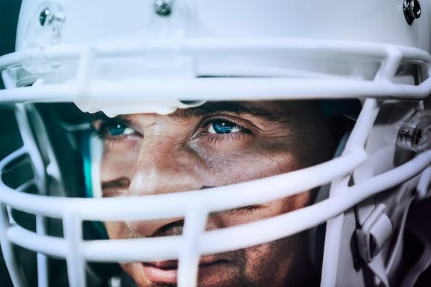 Jogador de futebol americano forte e determinado