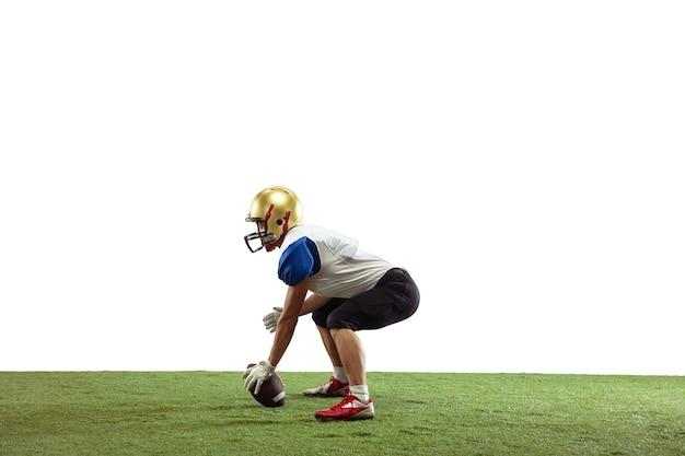 Jogador de futebol americano isolado na superfície branca do estúdio com copyspace desportista profissional