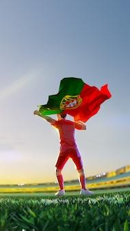 Jogador de futebol após campeonato de jogo vencedor segura bandeira de portugal. estilo de polígono