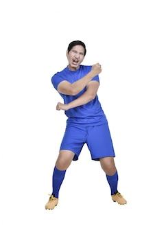 Jogador de futebol asiático atraente com expressão excitada