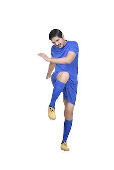 Jogador de futebol asiático profissional chutar a bola