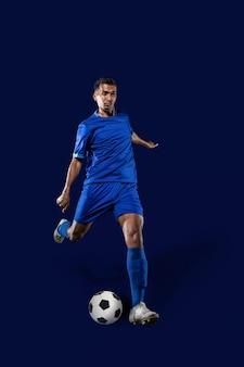 Jogador de futebol chuta a bola