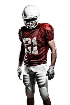 Jogador de futebol com um uniforme vermelho em um espaço em branco.