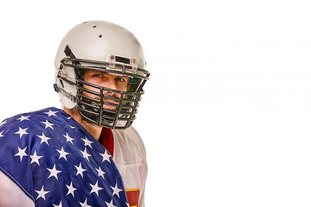Jogador de futebol com uniforme e uma bandeira americana nos ombros, orgulhoso de seu país,