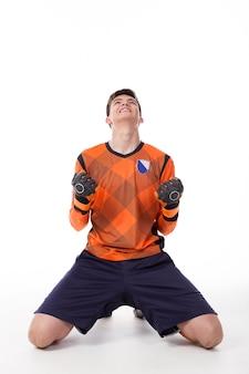 Jogador de futebol comemorando um gol isolado
