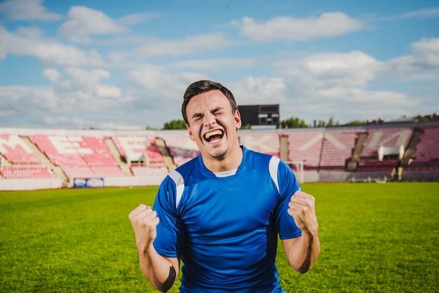 Jogador de futebol comemorando uma vitória