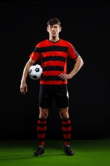 Jogador de futebol confiante com bola, jogar futebol