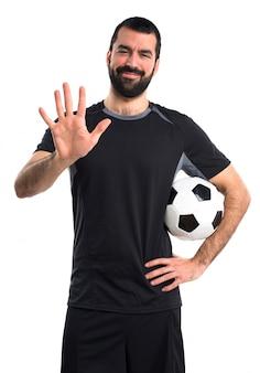 Jogador de futebol contando cinco