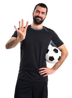 Jogador de futebol contando quatro