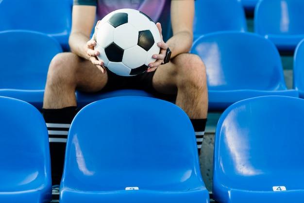 Jogador de futebol de colheita no estádio