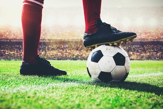 Jogador de futebol de futebol pisar a bola no pontapé de saída