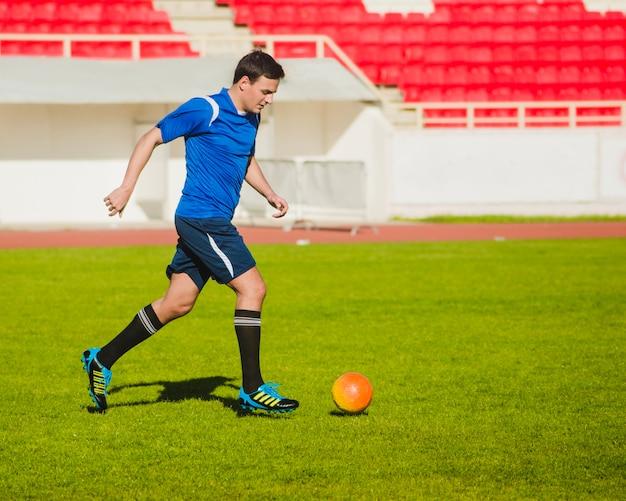 Jogador de futebol driblando