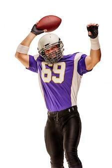 Jogador de futebol em ação com bola na mão isolada.
