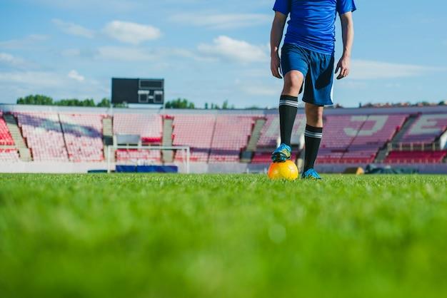 Jogador de futebol em vista de corte de estádio