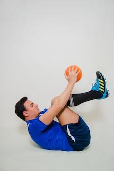 Jogador de futebol fazendo crunches