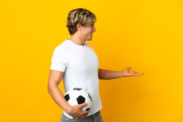 Jogador de futebol inglês sobre amarelo com expressão de surpresa ao olhar para o lado