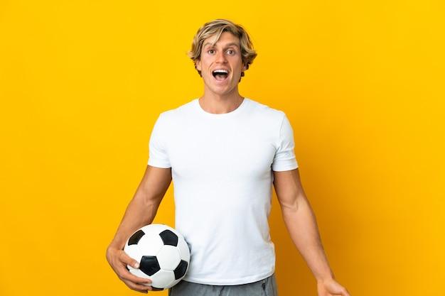 Jogador de futebol inglês sobre amarelo com expressão facial surpresa